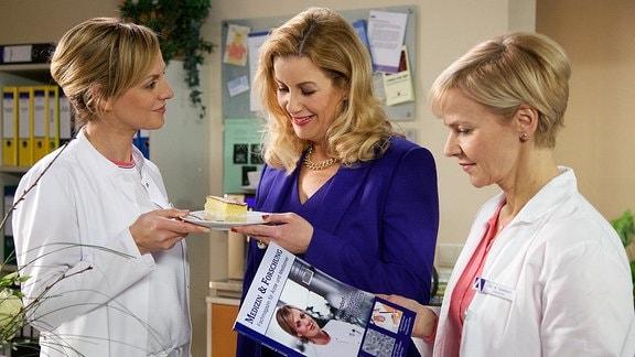 Anja Nejarri als Dr. Lea Peters, Andrea Kathrin Loewig als Dr. Kathrin Globisch und Alexa Maria Surholt als Sarah Marquardt