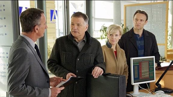 Thomas Rühmann als Dr. Roland Heilmann, Andrea Kathrin Loewig als Dr. Kathin Globisch, Bernhard Bettermann als Dr. Martin Stein und Heio von Stetten als Alexander Weber