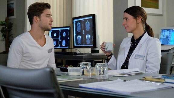 Kris Haas (Jascha Rust) sorgt sich um Dr. Maria Webers (Annett Renneberg) Patientin Clara Schubert. Kris kennt diese seit vielen Jahren als Assistentin seines Vaters und nun hat sie niemanden, der sie besucht oder um sie kümmert. Als er sich bei Dr. Weber nach ihrem Zustand erkundigt, kann sie ihn beruhigen, Claras Freund ist soeben gekommen.