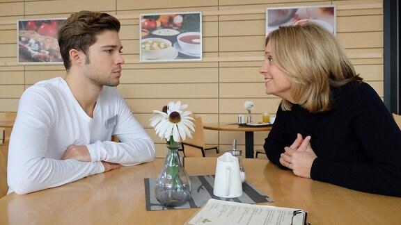 Kris Haas (Jascha Rust) versucht mit allen Mitteln zu verhindern, dass seine Mutter Sylvia (Nina Weniger) seinem Vater Simon über den Weg läuft. Simon Haas hat seit Jahren eine Geliebte, die gerade in der Sachsenklinik behandelt wird. Doch Sylvia merkt an Kris' Verhalten schnell, worum es geht und beruhigt ihn: Sie weiß seit Jahren von der Affäre, glaubt aber, dass Simon seine Assistentin nicht wirklich liebt.