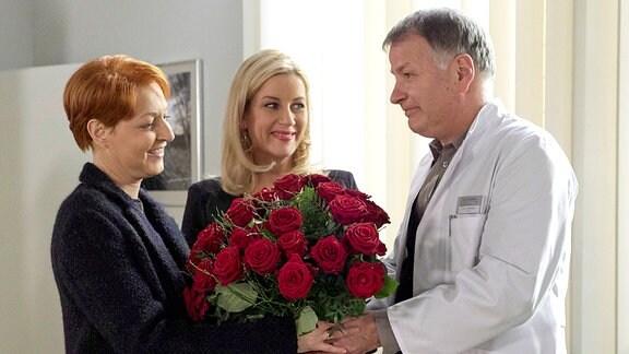 Dr. Roland Heilmann (Thomas Rühmann, re.) staunt nicht schlecht, als überraschend seine Frau Pia (Hendrikje Fitz, li.) in seinem Büro steht.