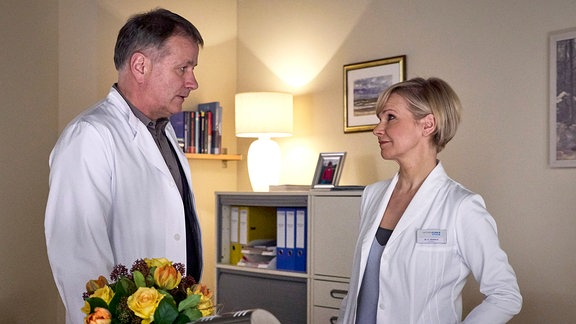 Klinikleiter Dr. Roland Heilmann (Thomas Rühmann) und Chefärztin Kathrin Globisch (Andrea Kathrin Loewig)