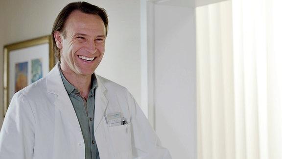 Dr. Stein lacht