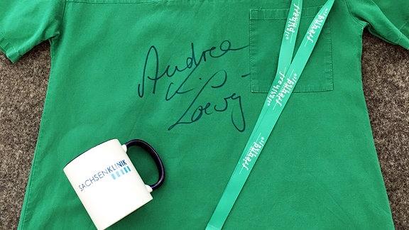 Signierter grüner Arztkittel, Tasse und Schlüsselband