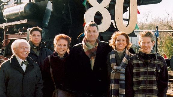 Friedrich Steinbach feiert seinen 80. Geburtstag mit seinen Kollegen: Fred Delmare, Stephen Dürr, Ursula Karusseit, Thomas Rühmann, Hendrikje Fitz und Karsten Kühn (v.l.n.r) während der Dreharbeiten zu Folge 138.