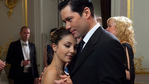 Philipp Brentano (Thomas Koch) hat den Hochzeitstag vergessen und Arzu (Arzu Bazman) war sehr enttäuscht. Doch auf dem Ärzteball versichert Philipp Arzu, dass sie das Wichtigste in seinem Leben ist.