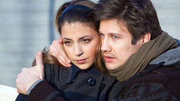 Arzu (Arzu Bazman) und David Engel (Kristian Kiehling) macht ihre Vergangenheit zu schaffen. Die beiden beschließen, sich keine Fragen zu stellen und sich zu genießen, solange es eben geht.