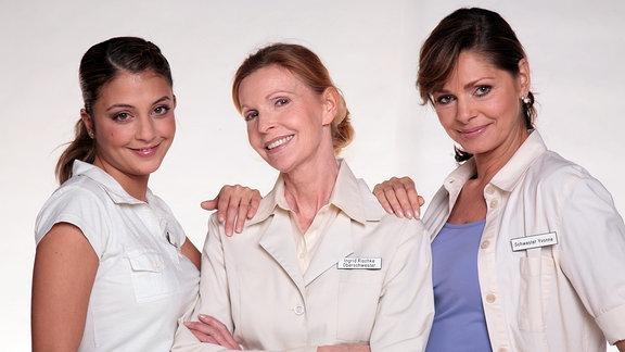 Arzu Bazman (ist Arzu Ritter), Oberschwester Ingrid (Jutta Kammann) und Maren Gilzer (ist Krankenschwester Yvonne)