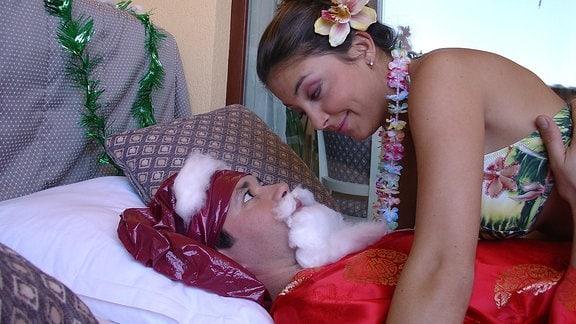Philipp (Thomas Koch) bringt fLr Arzu, die das triste Wetter in Leipzig vermisst, Weihnachtsstimmung in die karibischen Hochzeitsreise.