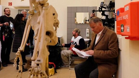 Ein Schauspieler liest in seinem Manuskript.