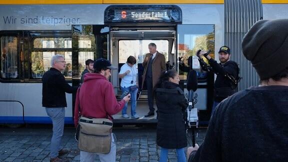 Dreharbeiten im Eingangsbereich einer Straßenbahn