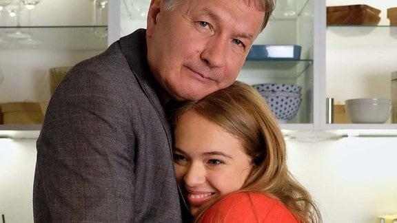Thomas Rühmann und seine Serientochter Ella Zirzow umarmen sich