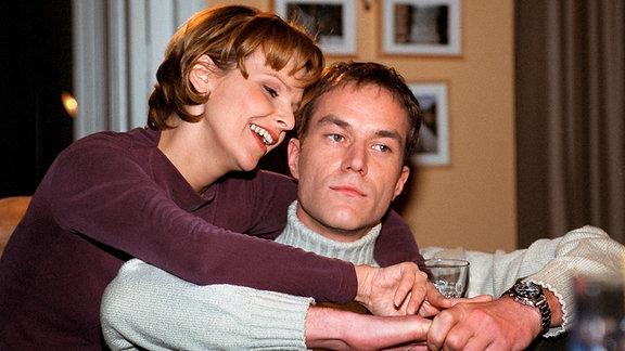 """Achim Kreutzer und Dr. Kathrin Globisch verliebt in einer Szene von """"In aller Freundschaft"""""""