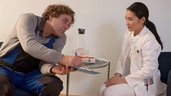 Dr. Lilly Phan spricht mit Gunter Schurmann.