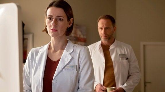 Dr. Kai Hoffmann (Julian Weigend) will sich für sein unmögliches Verhalten am Vormittag bei Dr. Maria Weber (Annett Renneberg) entschuldigen. Doch Maria hat seine Launen satt und schlägt vor, dass sie auf unbestimmte Zeit nur noch Kollegen sein sollten