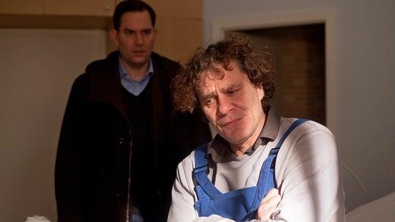 Andreas Krüger (Ole Eisfeld, li.) will mit Gunter Schurmann (Wolfgang Maria Bauer, re.) reden. Doch Schurmann lässt seinen Chef nicht zu Wort kommen. Er kündigt und schmeißt ihn aus dem Zimmer