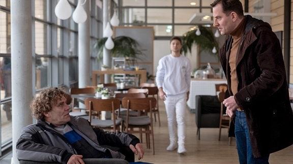 Zwei Männer reden in der Sachsenklinik.
