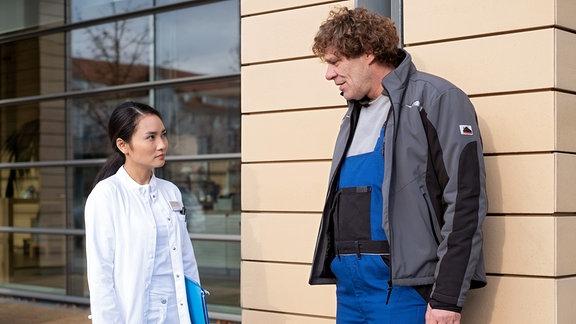 Gunter Schurmann spricht vor der Klinik mit Dr. Lilly Phan.