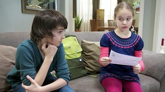Jonas (Anthony Petrifke) hat große Probleme im Englisch-Unterricht. Nun war er ein Brief der Schule in der Post, in dem steht, dass Jonas versetzungsgefährdet ist. Außerdem sollen Pia oder Roland ihn unterschreiben. Doch Pia ist im Moment so schwach, dass sie nicht aufgeregt werden darf. Während Lisa (Ella Zirzow) den Brief skeptisch liest, hat Jonas schon einen Plan.