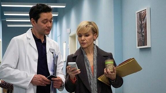 Dr. Globisch und Dr. Brentano laufen über einen Klinikflur.