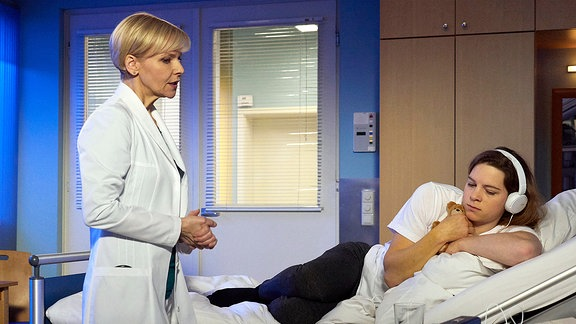 Svenja Kollmann liegt im Krankenbett. Sie hat von Dr. Globisch soeben eine niederschmetternde Diagnose bekommen.