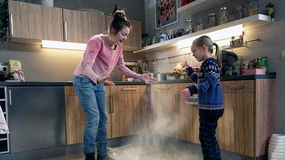 Hanna will ihrem Kindermädchen beim Backen helfen, doch das Mehl fällt auf den Boden.
