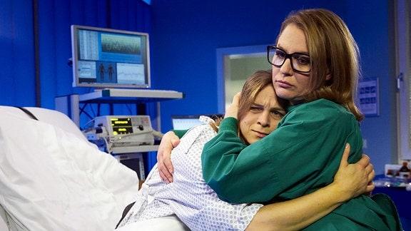 Eva umarmt ihre schwerkranke Schwester Svenja.