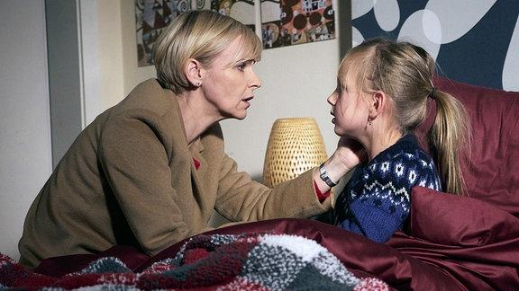 Dr. Kathrin Globisch (Andrea Kathrin Loewig, li.) hatte ein ungutes Gefühl und ist nach Hause gefahren, um nach ihrer Tochter Hanna (Lana Sophie Böhm, re.) zu sehen.