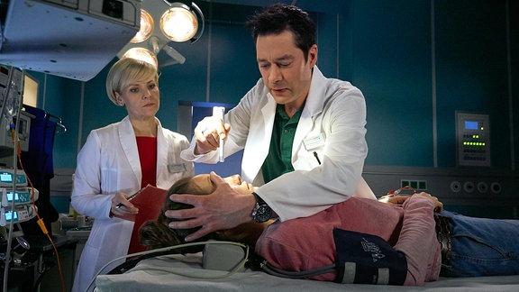 Dr. Globisch steht neben Dr. Brentano. Er untersucht gerade Franzi Wilde, die bewusstlos war.