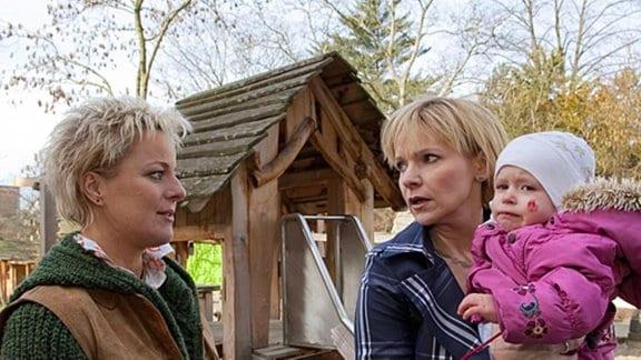 439_Kathrin fällt es schwer, ihre Tochter in Obhut der Erzieher zu geben_ebvelynbertram