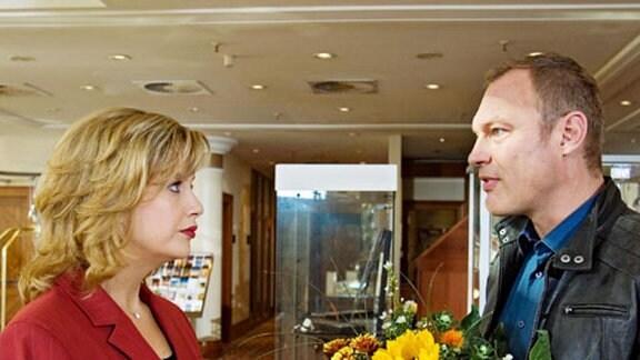 Carlo Schönberg bekniet Sarah Marquart, ihm den Kontakt zu seinem Sohn Bastian zu ermöglichen. (Folge 292)