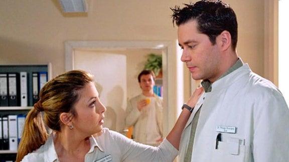 Philipp erzählt Arzu, dass Daniel Lohmann nach seiner Diagnose nach Indonesien gehen will. Jetzt muss Philipp versuchen, seine Kündigung rückgängig zu machen. (Folge 354)