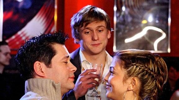 Philipps Eifersucht ist vergessen, als er den Grund für Arzus Clubbesuche erfährt: Gemeinsam mit Sebastian hat sie an einem DJ-Contest teilgenommen. (Folge 308)