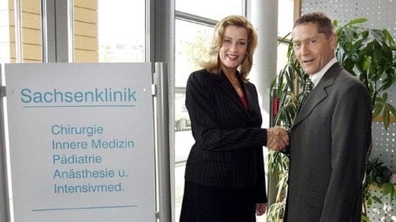 Sarah Marquardt begrüßt Dr. Rolf Kaminski in der Sachsenklinik. Bevor der Urologe jedoch seinen Dienst antreten kann, muss er mit der strengen Verwaltungschefin die Bedingungen für die Zusammenarbeit aushandeln. (Folge 338)