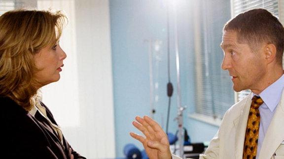 Sarah Marquardt sind Beschwerden über Dr. Kaminski zu Ohren gekommen. Als sie ihn damit konfrontiert, lässt er die abblitzen und weist sie in die Schranken, dass er als Belegarzt keine Rechenschaft ablegen muss. (Folge 338)
