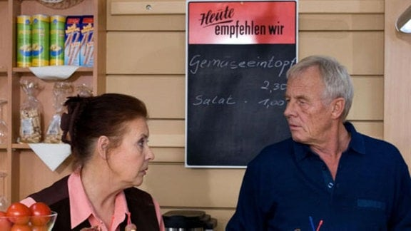 Dr. Martin Stein bekommt mit, dass Charlotte in der Cafeteria überfordert ist. Er überzeugt seinen Vater Otto ihr unter die Arme zu greifen. Doch bereits nach dem ersten Tag will Charlotte auf die Unterstützung verzichten ... (Folge 303)