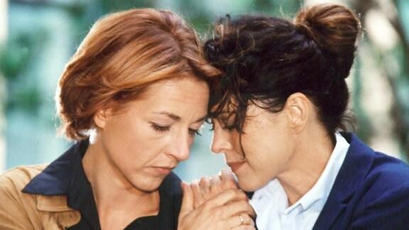 Pia (Hendrikje Fitz, links) bittet - in ihrer Angst um Jakobs Leben - Valerie Stein (Anja Kruse) um das Herz ihres Sohnes. Pia merkt, dass sie unmögliches fordert...