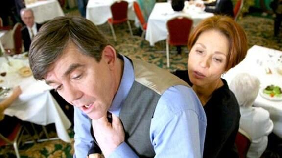 Pia Heilmann hilft dem Herrn von Wackerstein auf die Beine
