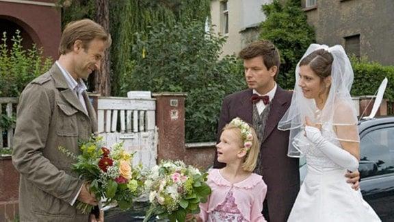 """Martin Stein gratuliert Valerie und dem """"Neuen"""" artig zur Eheschließung."""