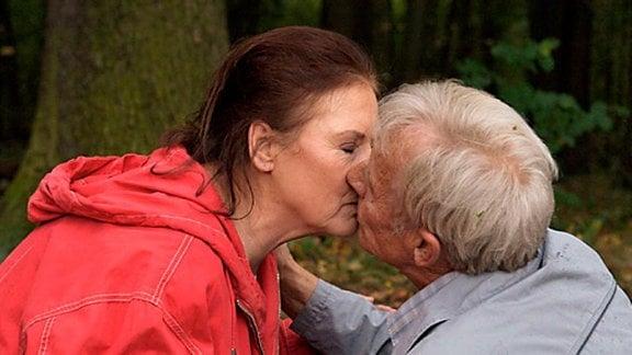 Zwischen Charlotte und Otto kommt es nun zum lang ersehnten Kuss.