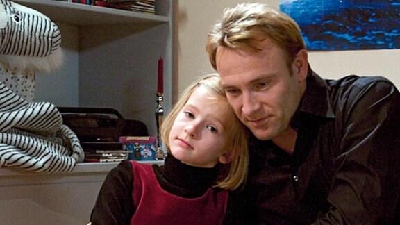 Dr. Martin Stein tröstet seine kleine Tochter Marie.