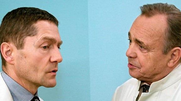 Dr. Kaminski und Prof. Simoni beraten über Hans-Peter Brenner.