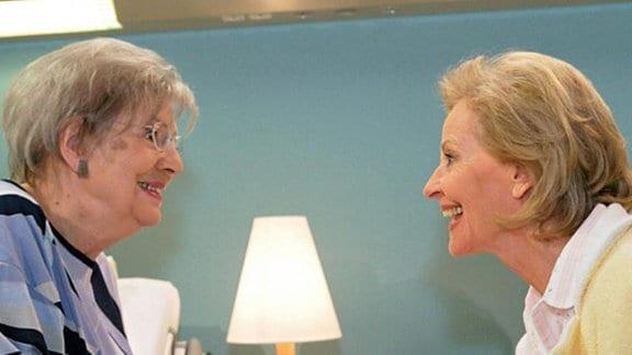 Liselotte Günther und Doris Klump haben Spaß im Krankenhaus.