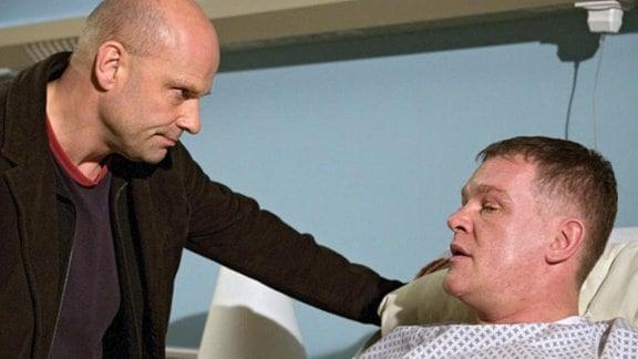 Der ehemalige Häftling Uwe Helmich wird in die Klinik eingeliefert.