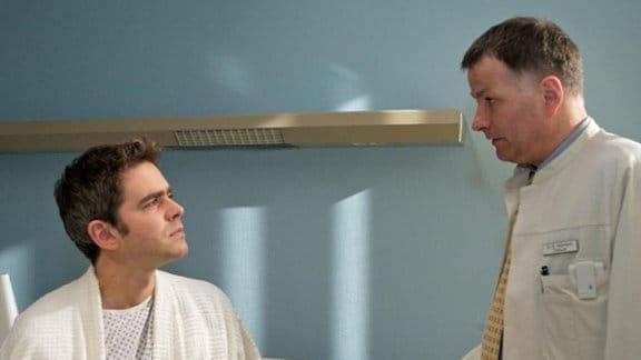 Dr. Roland Heilmann bespricht seine Diagnose mit Sascha Hanke.