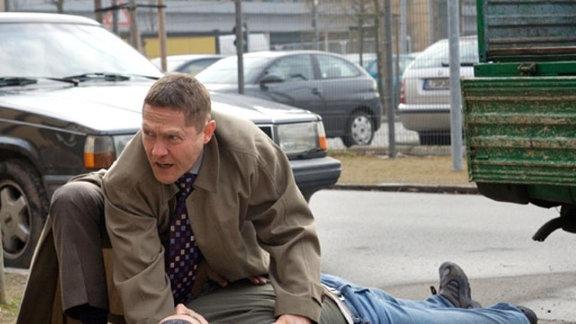 Sascha Hanke bricht vor der Klinik zusammen.
