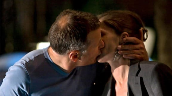 Roland küsst Christina.