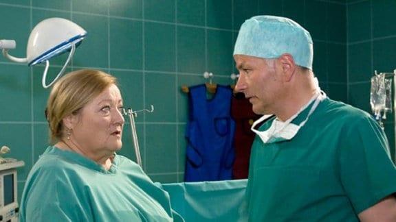 Roland fragt Helga Schulze nach Vorerkrankungen ihres Mannes.