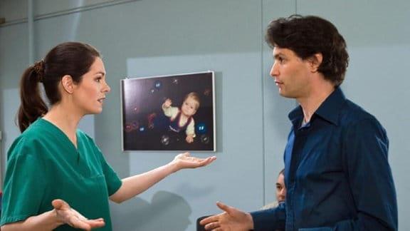 Dr. Elena Eichhorn trifft Freddy in der Sachsenklinik.