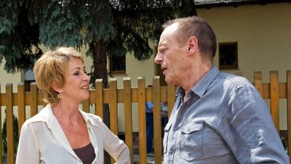 Barbara und Gerald flüchten aus dem Haus, das sie kaufen wollten.
